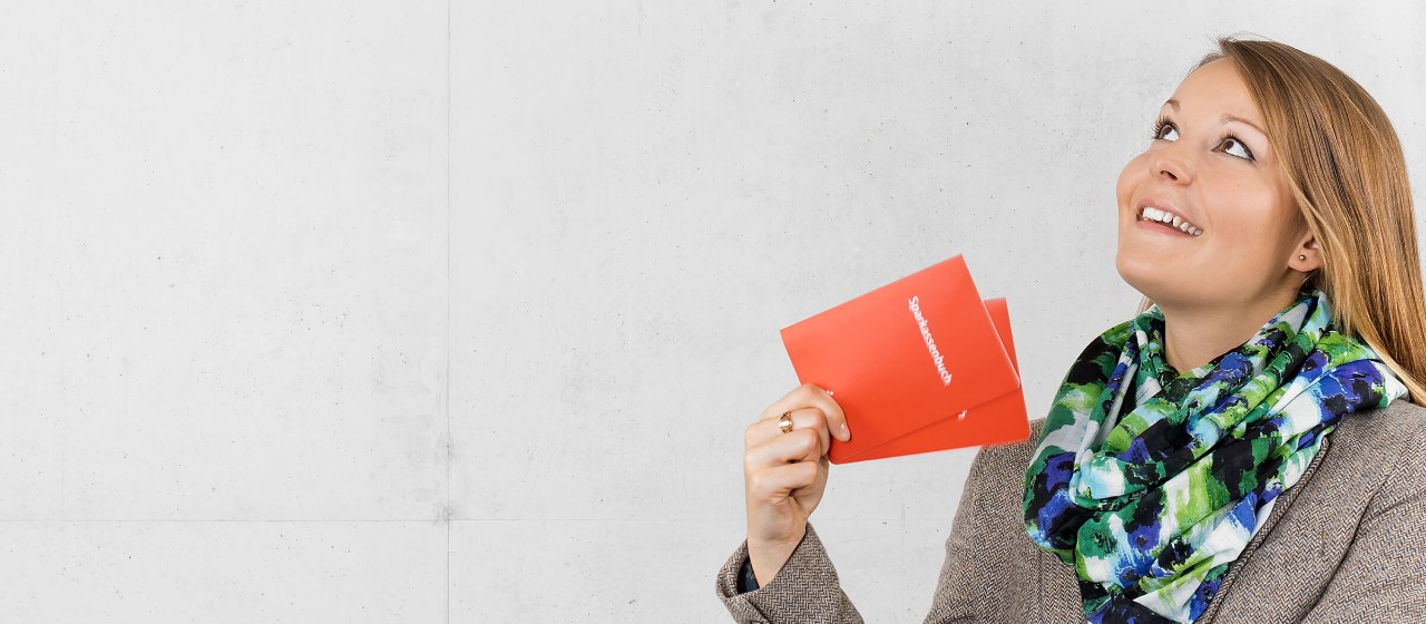 Junge Frau mit Sparkasensparbuch